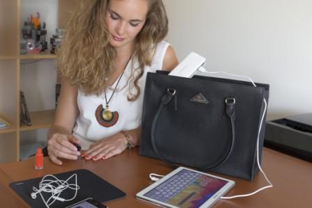 Mon sac cuir intemporel avec son chargeur ultra-puissant.